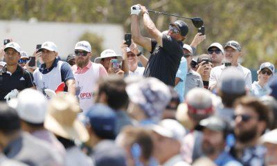 SAN DIEGO, CALIFORNIA - 17 DE JUNIO: Phil Mickelson de los Estados Unidos juega su tiro desde el tee 18 rodeado por una galería de fanáticos durante la primera ronda del US Open 2021 en Torrey Pines Golf Course (South Course) el 17 de junio de 2021 en San Diego, California.  (Foto de Ezra Shaw / Getty Images)