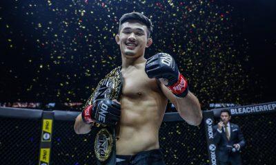 El luchador de MMA Christian Lee con el cinturón de ONE Championship