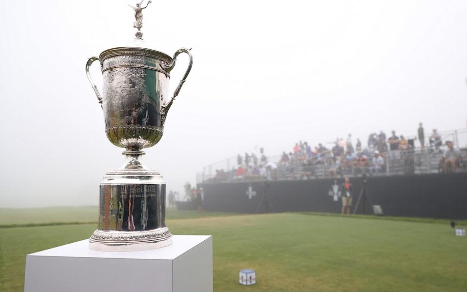 El trofeo del US Open se ve cerca del primer tee durante una primera ronda retrasada por la niebla del US Open 2021 en Torrey Pines Golf Course & # xa0;  - IMÁGENES FALSAS