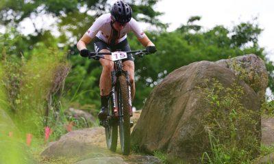 Haley Batten corre en el evento de bicicleta de montaña cruzada de los Juegos Olímpicos de Tokio.