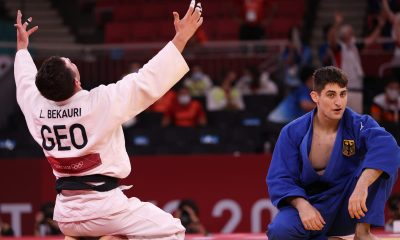 Lasha Bekauri de Georgia cae de rodillas mientras gana el oro en judo