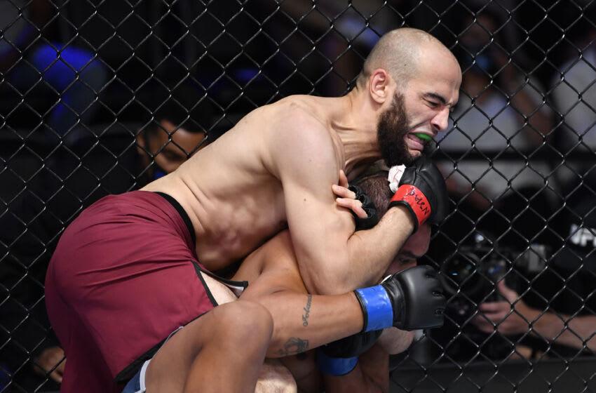LAS VEGAS, NEVADA - 14 DE SEPTIEMBRE: (De izquierda a derecha) Albert Duraev asegura una sumisión contra Caio Bittencourt en una pelea de peso mediano durante la temporada cinco de la Serie Contender de Dana White en la tercera semana de UFC APEX el 14 de septiembre de 2021 en Las Vegas, Nevada.  (Foto de Chris Unger / Zuffa LLC)