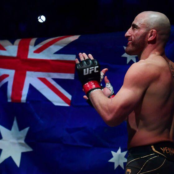 25 de septiembre de 2021;  Las Vegas, Nevada, Estados Unidos;  Alexander Volkanovski se presenta antes de pelear contra Brian Ortega durante UFC 266 en T-Mobile Arena.  Crédito obligatorio: Gary A. Vasquez-USA TODAY Sports