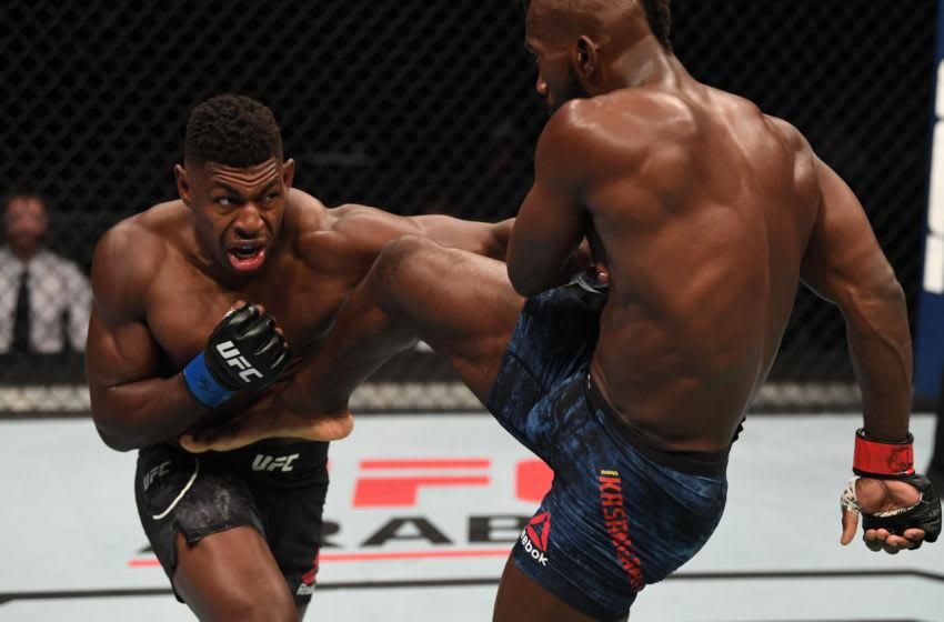 ABU DHABI, EMIRATOS ÁRABES UNIDOS - 11 DE OCTUBRE: En esta imagen proporcionada por UFC, (LR) Joaquin Buckley golpea a Impa Kasanganay en su pelea de peso mediano durante el evento UFC Fight Night dentro del Foro Flash en UFC Fight Island el 11 de octubre de 2020 en Yas Island, Abu Dhabi, Emiratos Árabes Unidos.  (Foto de Josh Hedges / Zuffa LLC a través de Getty Images)