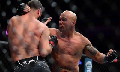 25 de septiembre de 2021;  Las Vegas, Nevada, Estados Unidos;  Robbie Lawler se mueve para un hit contra Nick Diaz durante UFC 266 en T-Mobile Arena.  Crédito obligatorio: Gary A. Vasquez-USA TODAY Sports