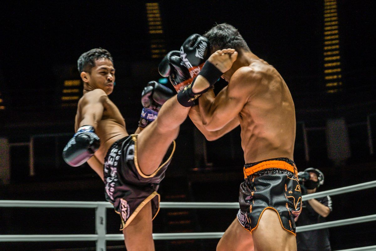 Superbon lanza una patada en la cabeza a Sitthichai