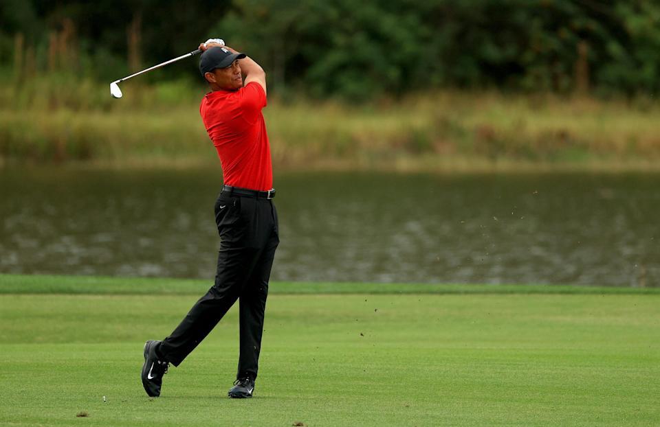 ¿El avistamiento de Tiger Woods?  La foto indica que Tiger está de vuelta en el campo de golf cuidando a su hijo Charlie, con un palo en la mano