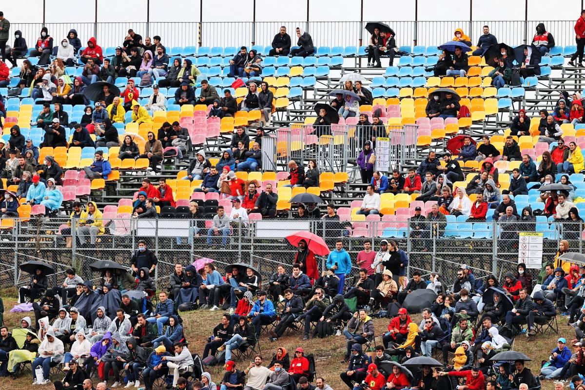 Atmósfera del circuito: aficionados.  09.10.2021.  Campeonato del Mundo de Fórmula 1, Rd 16, Gran Premio de Turquía, Estambul