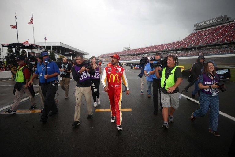 Bubba Wallace camina en el pit lane - Talladega Superspeedway - NASCAR Cup Series