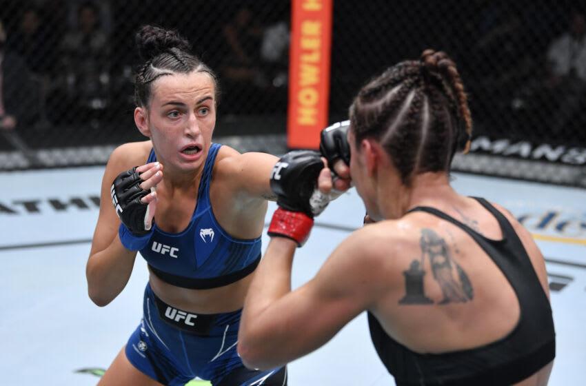 LAS VEGAS, NEVADA - 02 DE OCTUBRE: En esta fotografía proporcionada por UFC, (LR) Casey O'Neill de Australia golpea a Antonina Shevchenko de Kirguistán en su pelea de peso mosca femenino durante el evento UFC Fight Night en UFC APEX el 02 de octubre de 2021 en Las Vegas, Nevada.  (Foto de Jeff Bottari / Zuffa LLC a través de Getty Images)