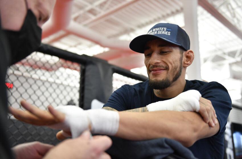 LAS VEGAS, NEVADA - 05 DE OCTUBRE: Genaro Valdez tiene sus manos envueltas antes de su pelea durante la temporada 5 de la Serie Contender de Dana White, semana 6 en UFC APEX el 05 de octubre de 2021 en Las Vegas, Nevada.  (Foto de Chris Unger / Zuffa LLC)