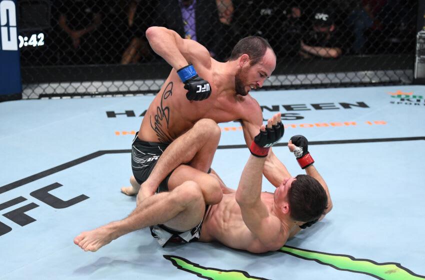 LAS VEGAS, NEVADA - 9 DE OCTUBRE: En este folleto de UFC, (LR) Damon Jackson golpea a Charles Rosa en su pelea de peso pluma durante el evento UFC Fight Night en UFC APEX el 9 de octubre de 2021 en Las Vegas, Nevada.  (Foto de Josh Hedges / Zuffa LLC / Getty Images)