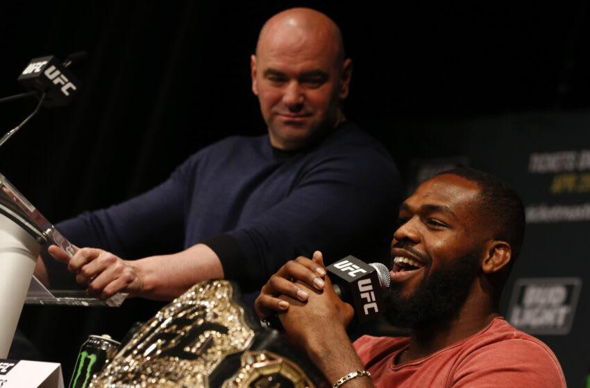 NUEVA YORK, NY - 27 DE ABRIL: Jon Jones habla en una conferencia de prensa con el presidente de UFC Dana White en una disponibilidad de prensa para UFC 200 en el Madison Square Garden el 27 de abril de 2016 en la ciudad de Nueva York.  (Foto de Jeff Zelevansky / Getty Images)