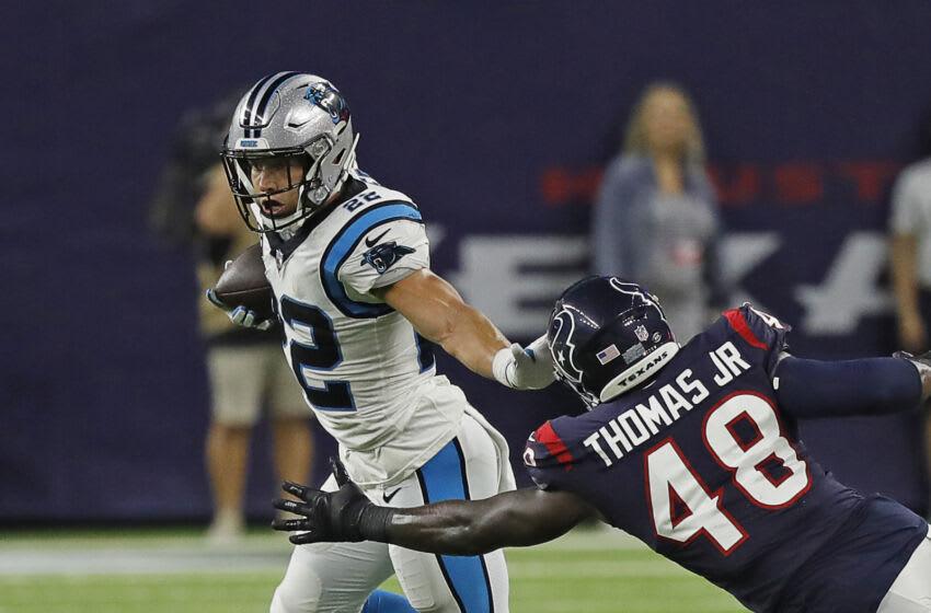 HOUSTON, TEXAS - 23 DE SEPTIEMBRE: Christian McCaffrey # 22 de los Carolina Panthers detiene a Joe Thomas # 48 de los Houston Texans en el NRG Stadium el 23 de septiembre de 2021 en Houston, Texas.  (Foto de Bob Levey / Getty Images)