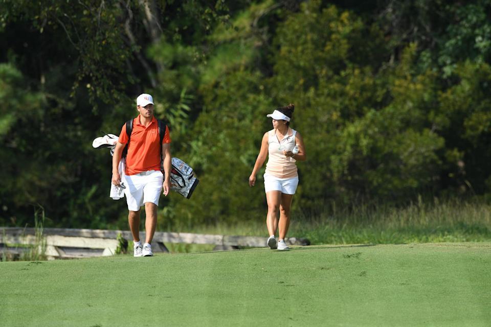 En Campbell, la asistente masculina Ashley Sloup y el veterano entrenador en jefe John Crooks se unen como uno de los dúos más interesantes del golf universitario.
