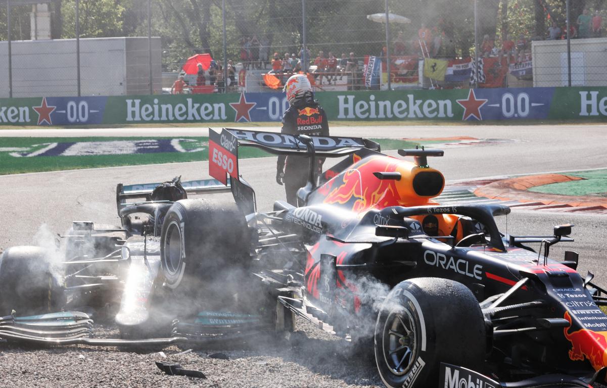 Max Verstappen se aleja del choque.  Italia septiembre 2021