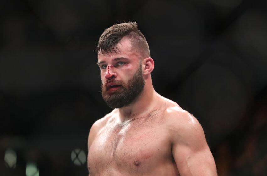 16 de diciembre de 2017;  Winnipeg, Manitoba, Estados Unidos;  Julian Marquez pelea con Darren Stewart durante UFC Fight Night en Bell MTS Place.  Crédito obligatorio: Bruce Fedyck-USA TODAY Sports