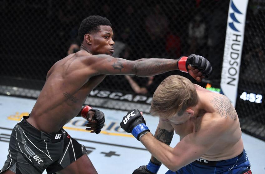 LAS VEGAS, NEVADA - 2 DE OCTUBRE: En esta fotografía proporcionada por UFC, (LR) Kevin Holland golpea a Kyle Daukaus en su pelea de peso mediano durante el evento UFC Fight Night en UFC APEX el 2 de octubre de 2021 en Las Vegas, Nevada.  (Foto de Jeff Bottari / Zuffa LLC a través de Getty Images)