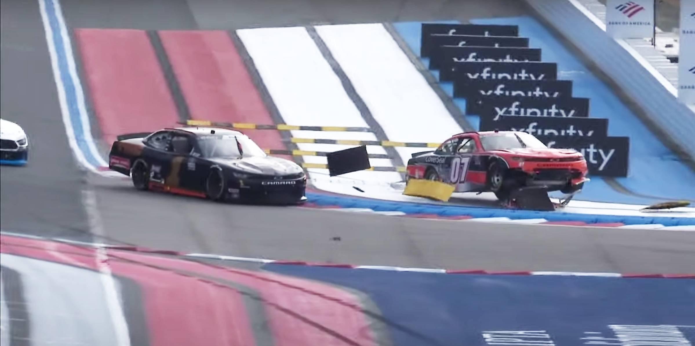 La acera de NASCAR explota en el impacto en Charlotte ROVAL (Video)