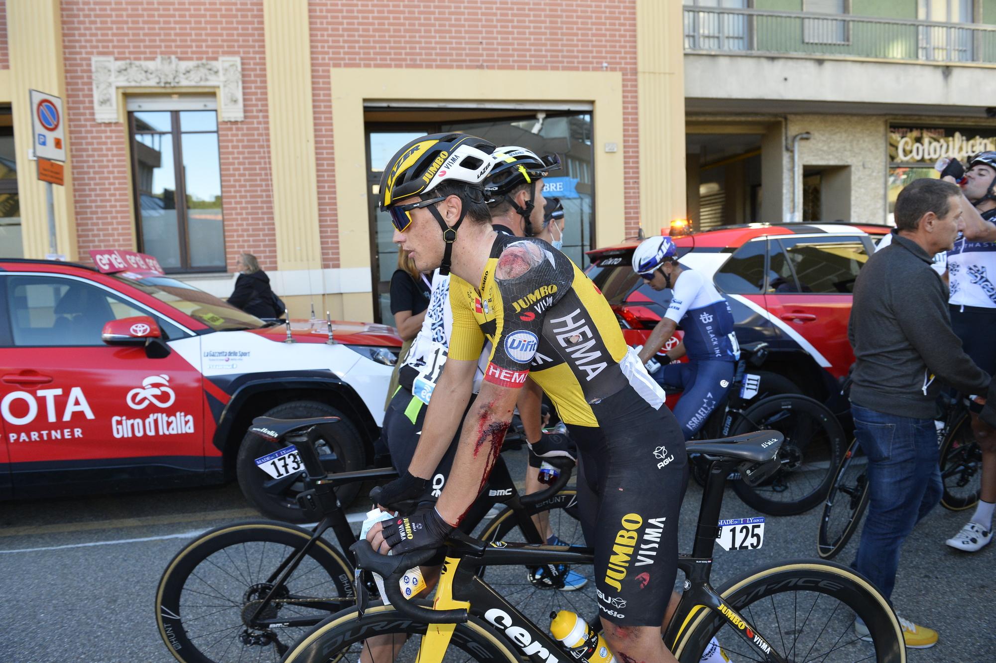 La caída no fue suficiente para evitar que Olav Kooij subiera al podio en el Gran Piemonte