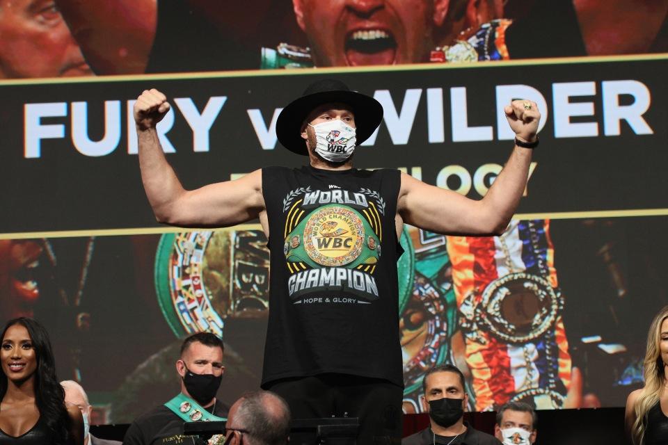 Las leyendas de la WWE le dicen a Tyson Fury que 'aplasta' a Deontay Wilder mientras Gypsy King rinde homenaje a The Undertaker en pesajes acalorados