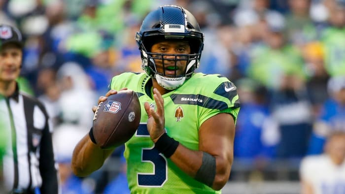 El mariscal de campo de los Seattle Seahawks, Russell Wilson (3), busca pasar contra Los Angeles Rams durante el segundo trimestre en Lumen Field.