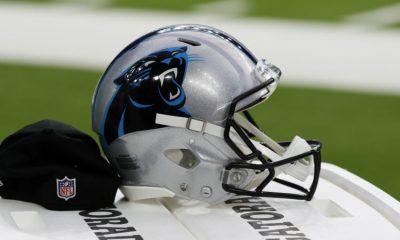 HOUSTON, TEXAS - 23 DE SEPTIEMBRE: El casco de Carolina Panthers se sienta en el banco en el estadio NRG el 23 de septiembre de 2021 en Houston, Texas.  (Foto de Bob Levey / Getty Images)
