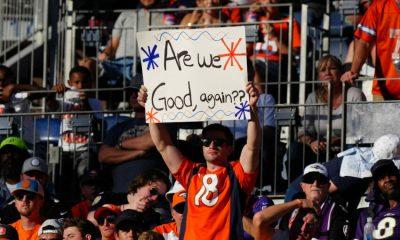 3 de octubre de 2021;  Denver, Colorado, Estados Unidos;  Fanático de los Denver Broncos sostiene un cartel en el tercer cuarto contra los Baltimore Ravens en Empower Field en Mile High.  Crédito obligatorio: Ron Chenoy-USA TODAY Sports