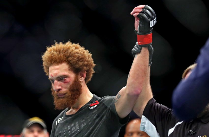 29 de febrero de 2020;  Norfolk, Virginia, Estados Unidos;  Luis Peña (guantes rojos) celebra vencer a Steve García (guantes azules) durante UFC Fight Night en Chartway Arena.  Crédito obligatorio: Peter Casey-USA TODAY Sports