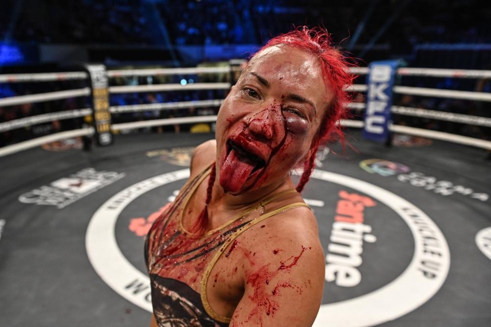 Marie Henderson golpea pads con Benson