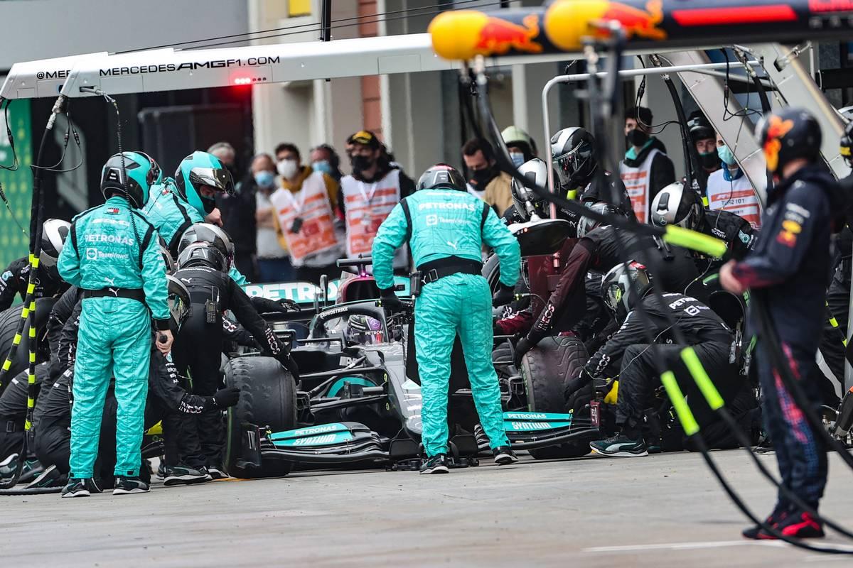 Lewis Hamilton (GBR) Mercedes AMG F1 W12 hace una parada en boxes.  10.10.2021.  Campeonato del Mundo de Fórmula 1, Rd 16, Gran Premio de Turquía, Estambul