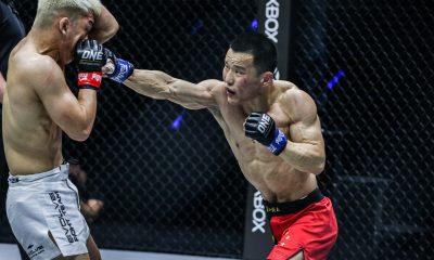 El luchador chino de MMA Miao Li Tao golpea a Ryuto Sawada con un puñetazo crepitante