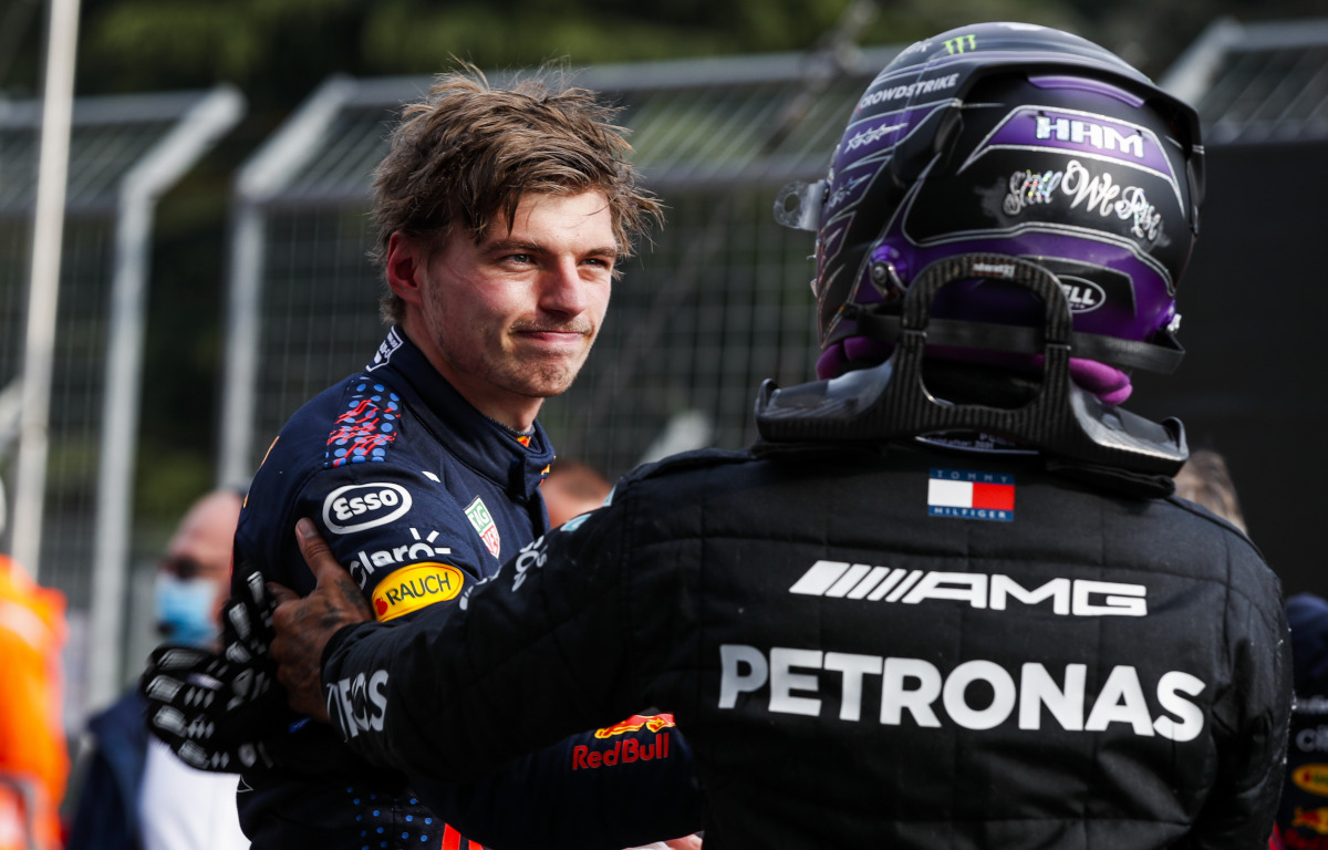 Max Verstappen felicita a Lewis Hamilton.  Italia abril 2021