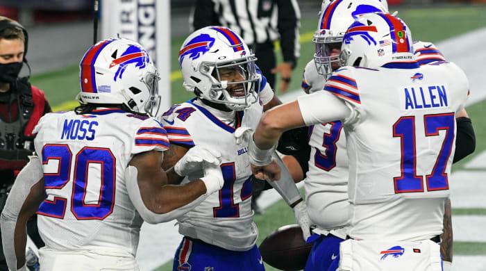 El receptor abierto de los Buffalo Bills, Stefon Diggs, celebra con el mariscal de campo Josh Allen y el corredor Zack Moss después de anotar un touchdown contra los New England Patriots durante la segunda mitad en el Gillette Stadium.
