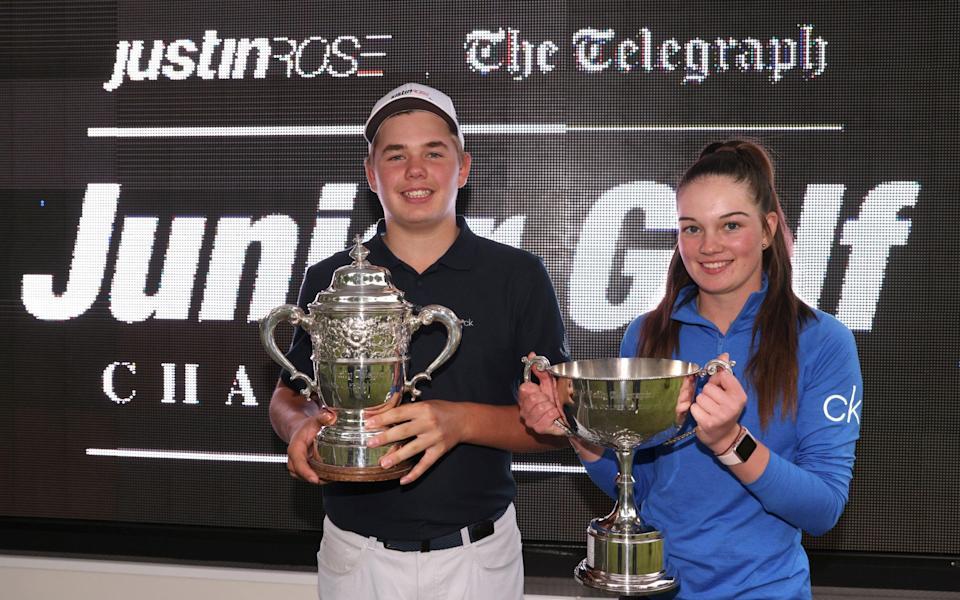 Harley Smith y Rachel Gourley posan con el trofeo durante el Campeonato de golf juvenil Justin Rose Telegraph - Getty Images