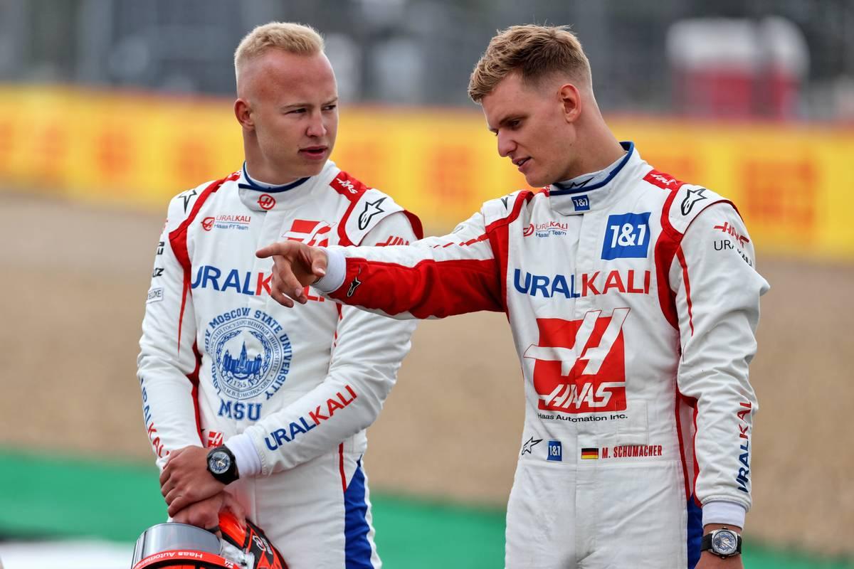 Nikita Mazepin (RUS) Haas F1 Team y compañero de equipo Mick Schumacher (GER) Haas F1 Team - Lanzamiento del coche 2022.  15.07.2021.  Campeonato del Mundo de Fórmula 1, Rd 10, Gran Premio de Gran Bretaña, Silverstone