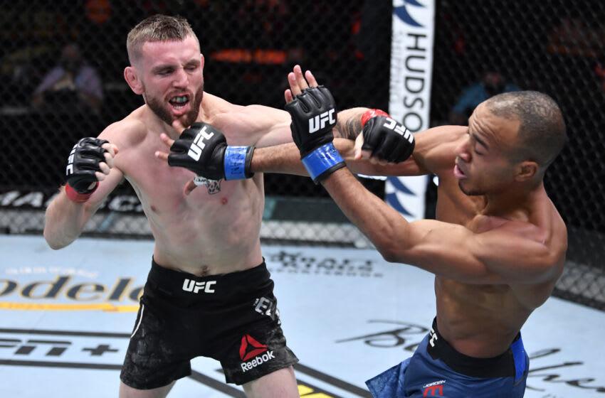 6 de marzo de 2021;  Las Vegas, NV, Estados Unidos;  Tim Elliott golpea a Jordan Espinosa en su pelea de peso mosca durante el evento UFC 259 en UFC APEX el 6 de marzo de 2021 en Las Vegas, Nevada.  Crédito obligatorio: Jeff Bottari / Foto del folleto a través de USA TODAY Sports