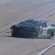 Video: Brandon Brown da la vuelta en la curva dos, impacta con fuerza en la pared de estiramiento hacia atrás en Texas