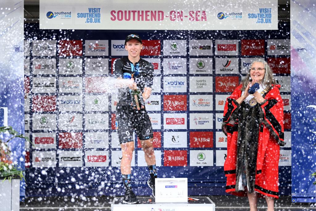 Wiebes sobrevive al caos del sprint en el Women's Tour y se lleva la undécima victoria de 2021