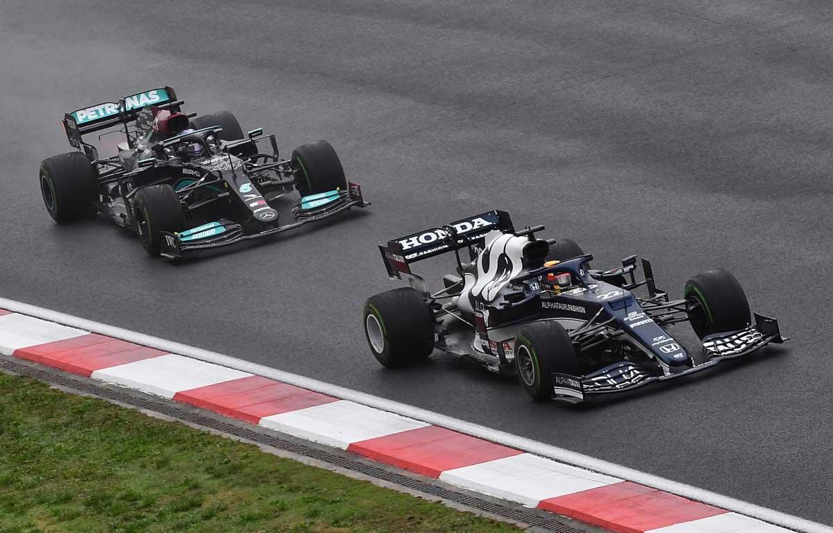 Yuki Tsunoda defiende contra Lewis Hamilton.  Turquía, octubre de 2021.